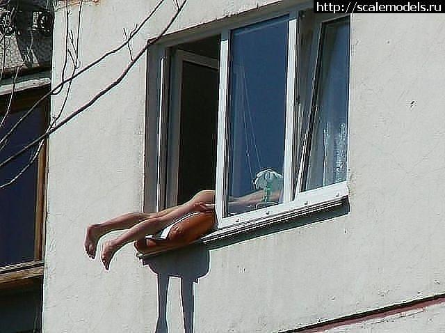Подглядел в окно за соседкой читать